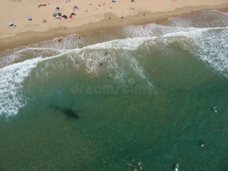 Gente que nada en una playa imagenes de archivo