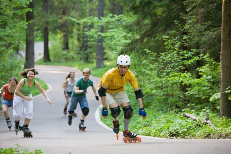 Gente que patina en el parque foto de archivo