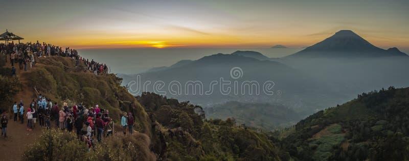 Gente que persigue en el volcán de Sundoro de la salida del sol imagenes de archivo