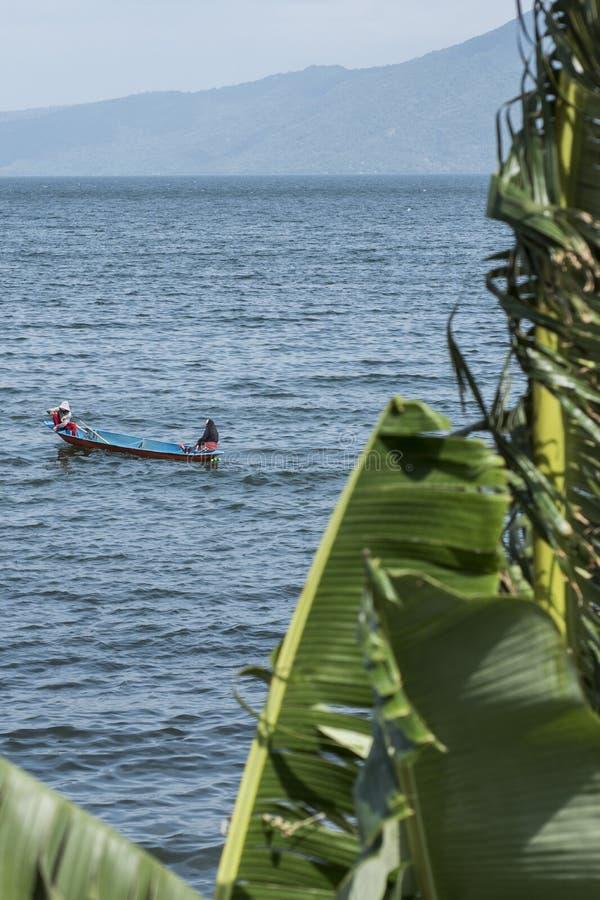Gente que pesca en el lago del volcán de Taal en Batangas, las Filipinas fotos de archivo