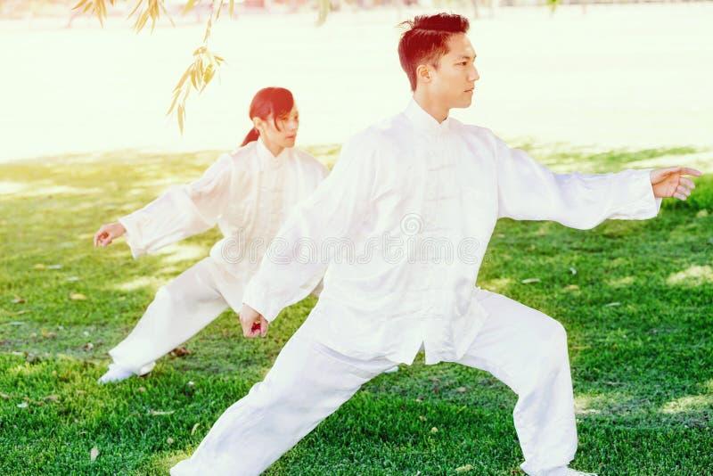 Gente que practica ji tailandesa en parque foto de archivo