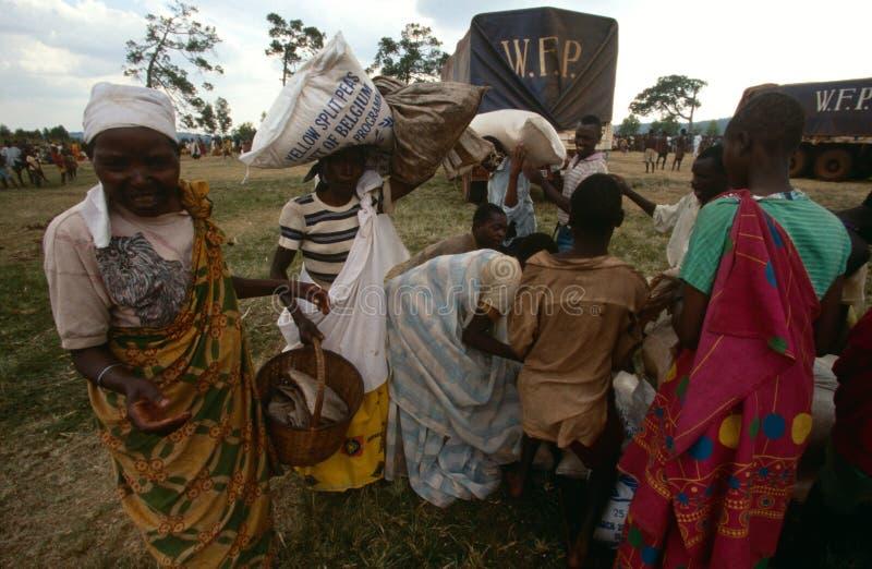 Gente que recibe suministros de alimentos del PMA foto de archivo