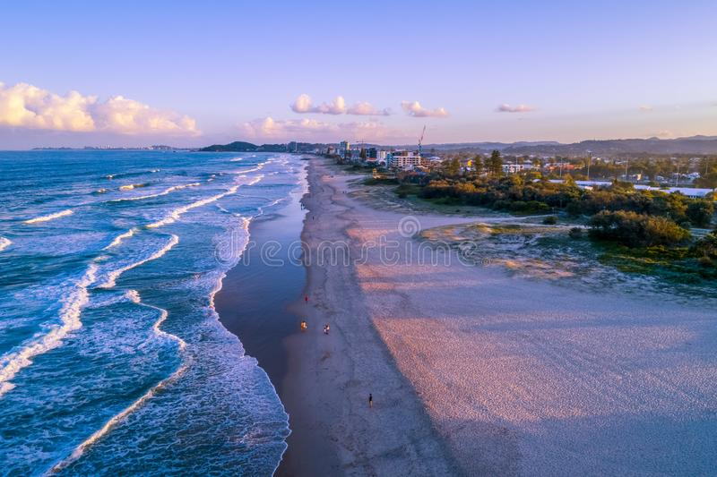 Gente que recorre en la playa Gold Coast foto de archivo libre de regalías