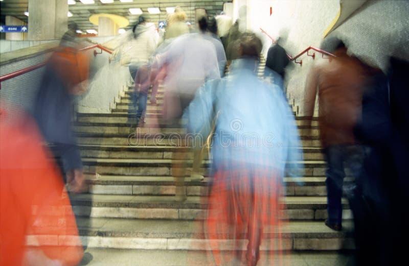 Gente que recorre en las escaleras foto de archivo