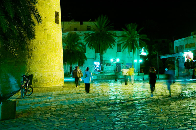 Gente que recorre en medina árabe en la noche fotografía de archivo libre de regalías