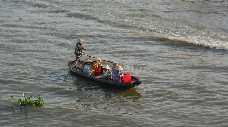 Gente que rema el bote pequeño en el río en Vinh Long, Vietnam fotografía de archivo