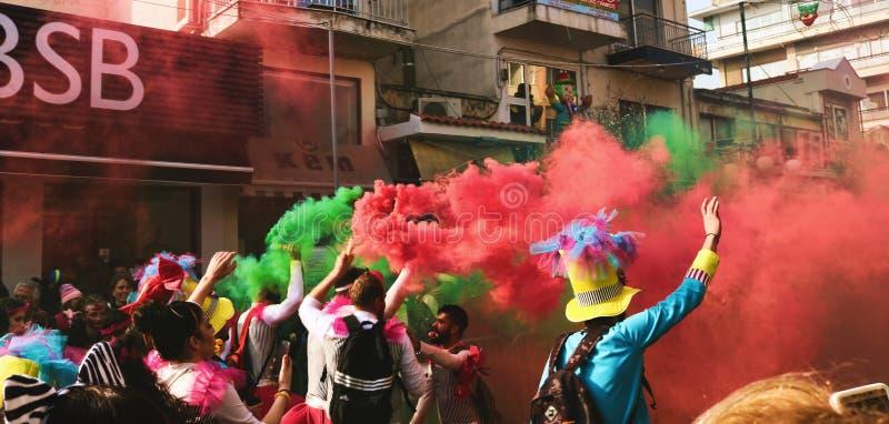 Gente que rocía el color clasificado del humo foto de archivo