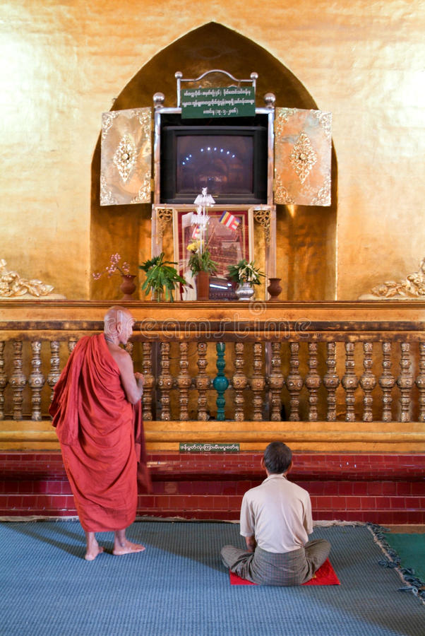 Gente que ruega en el templo de Mahamuni Buda en Mandalay, Myanmar fotos de archivo