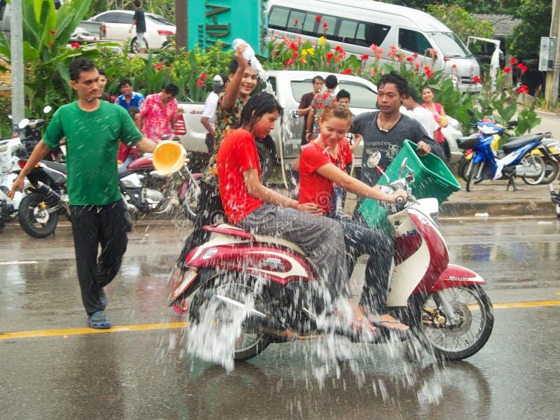 Gente que salpica el agua en la calle en el festival de Songkran en Tailandia imagen de archivo libre de regalías