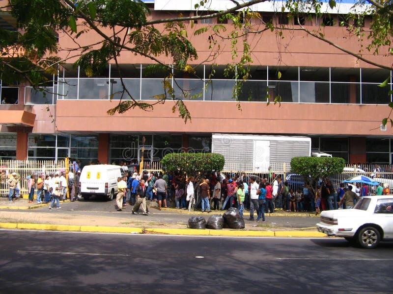 Gente que se alinea para comprar productos del cuidado personal en Puerto Ordaz, Venezuela foto de archivo