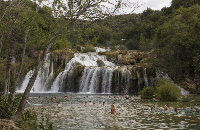 Gente que se baña en el lavabo de las cascadas de Krka en Croacia imagen de archivo