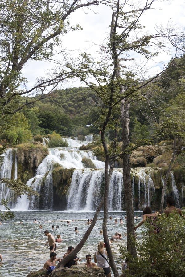 Gente que se baña en el lavabo de las cascadas de Krka en Croacia imágenes de archivo libres de regalías