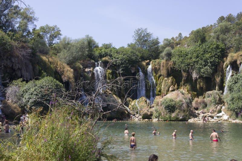 Gente que se baña en el parque natural de cascadas de Kravice foto de archivo libre de regalías