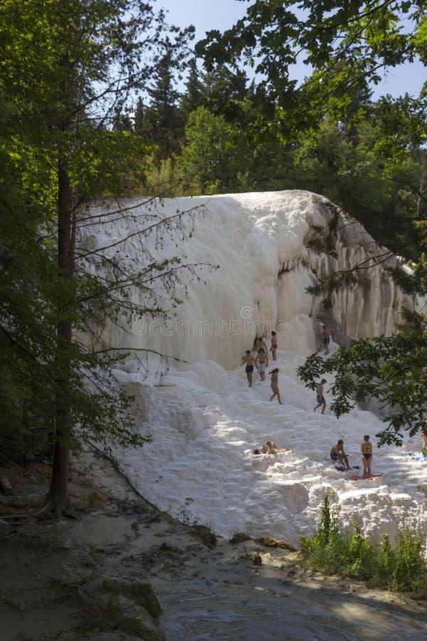 Gente que se baña en las piscinas termales naturales de Bagni San Filippo fotos de archivo