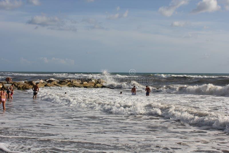 Gente que se baña en los mares agitados imágenes de archivo libres de regalías
