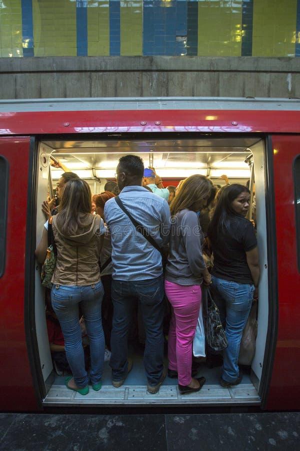 Gente que se coloca en el subterráneo durante hora punta, Caracas imagenes de archivo
