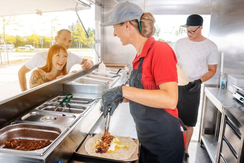 Gente que se coloca en línea delante del camión de la comida imágenes de archivo libres de regalías
