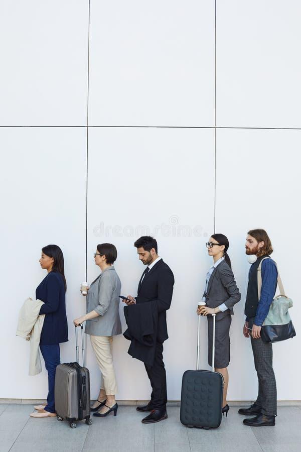 Gente que se coloca en línea durante enregistramiento del aeropuerto fotos de archivo