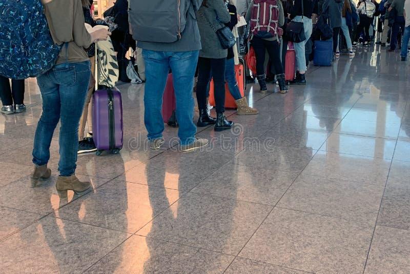 Gente que se coloca en línea en el aeropuerto a bordo de los aviones fotografía de archivo libre de regalías