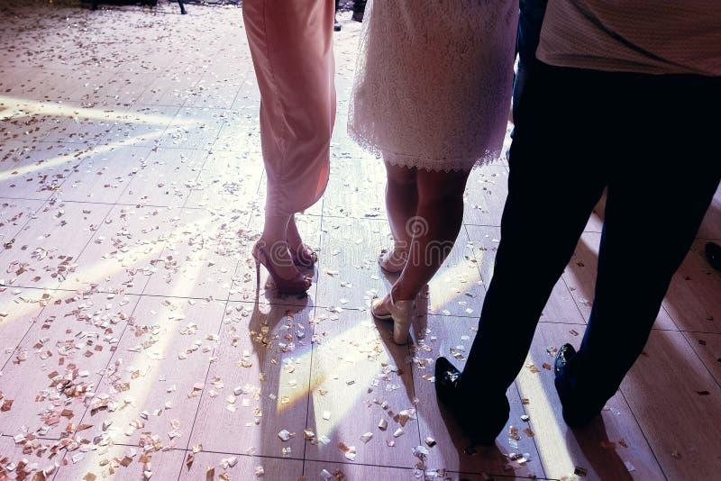 Gente que se coloca en sala de baile con el confeti, baile, teniendo fu fotografía de archivo libre de regalías