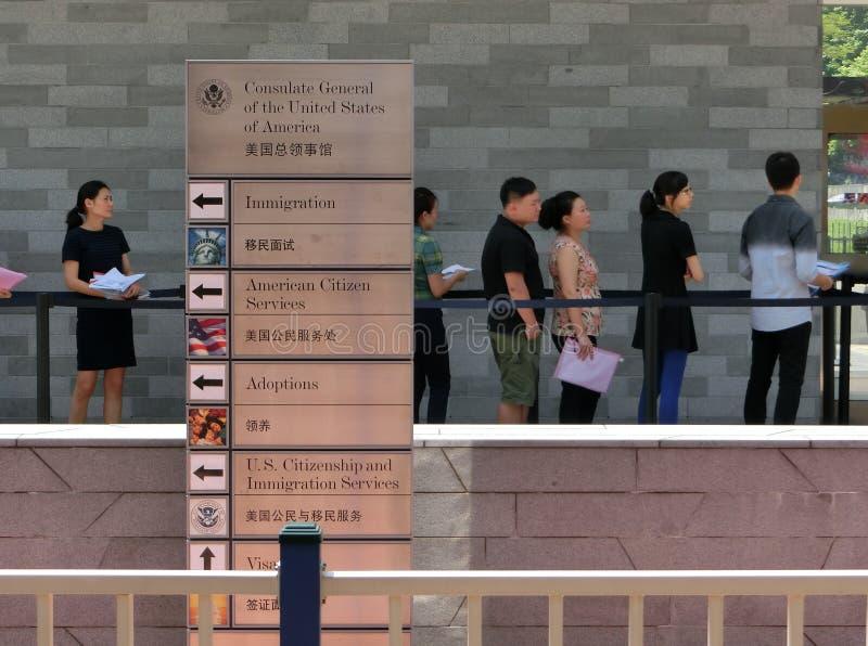 Gente que se coloca en una cola delante Consulado general de Estados Unidos imágenes de archivo libres de regalías