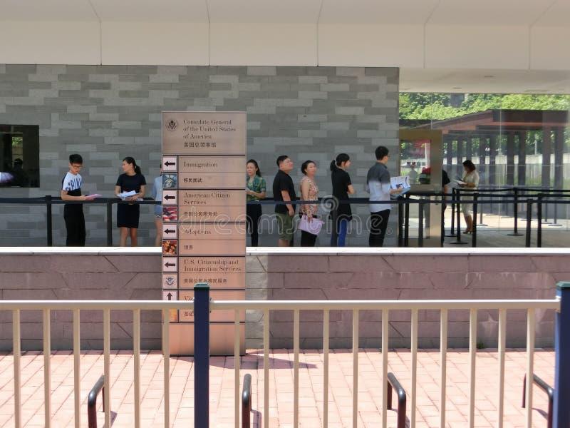 Gente que se coloca en una cola delante Consulado general de Estados Unidos 2 imagen de archivo