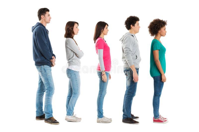 Gente que se coloca en una fila foto de archivo
