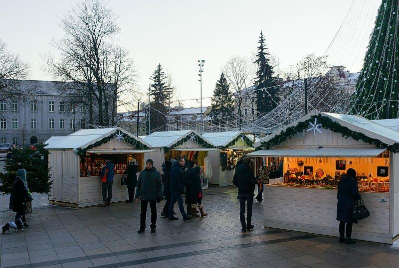 Gente que se divierte en cuadrado de la catedral del mercado de la Navidad de Vilna imagen de archivo libre de regalías