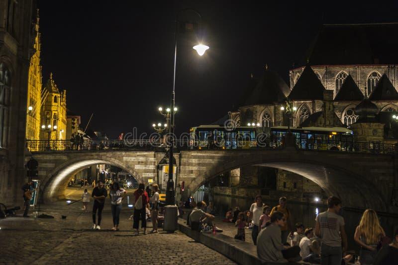 Gente que se divierte en la noche en Gante, Bélgica imagen de archivo