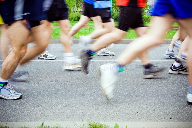 Gente que se ejecuta en maratón de la ciudad imágenes de archivo libres de regalías