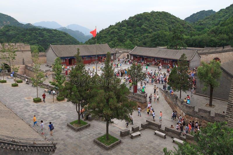 Gente que se reúne para visitar la Gran Muralla de China en Badaling fotografía de archivo