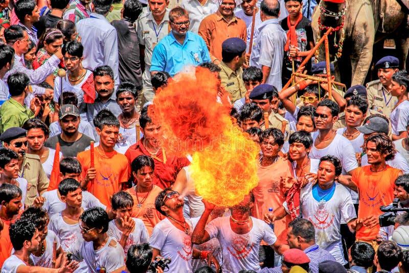 Gente que se realiza durante festival santo en la India fotos de archivo libres de regalías