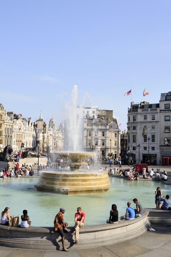 Gente que se reclina en Londres cuadrado trafalgar Reino Unido imágenes de archivo libres de regalías