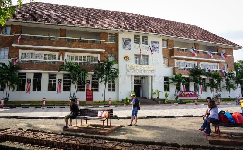 Gente que se relaja en el parque con los edificios viejos en la ciudad de Malaca, Malasia fotos de archivo