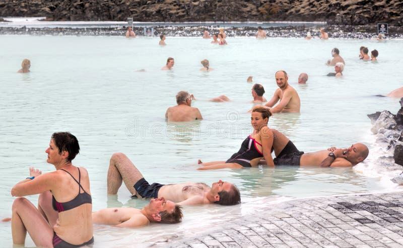 Gente que se relaja, laguna azul, Islandia fotografía de archivo