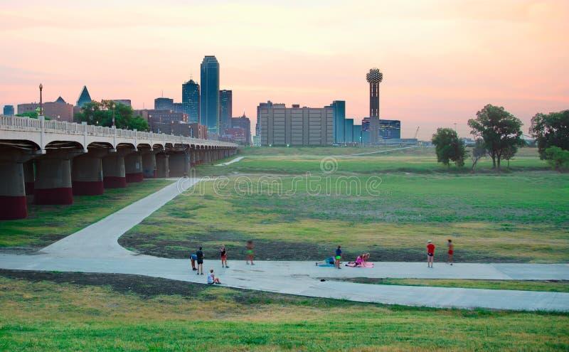 Gente que se resuelve delante del horizonte de Dallas imagen de archivo libre de regalías