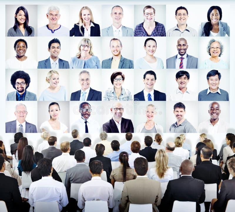Gente que se sienta con el sistema de las caras de la gente de negocio foto de archivo libre de regalías
