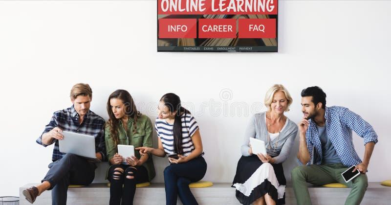 Gente que se sienta debajo de una TV con la información del aprendizaje electrónico en la pantalla foto de archivo