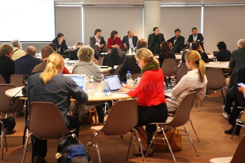 Gente que se sienta en pasillo de reunión en congreso de CEPIC fotos de archivo libres de regalías