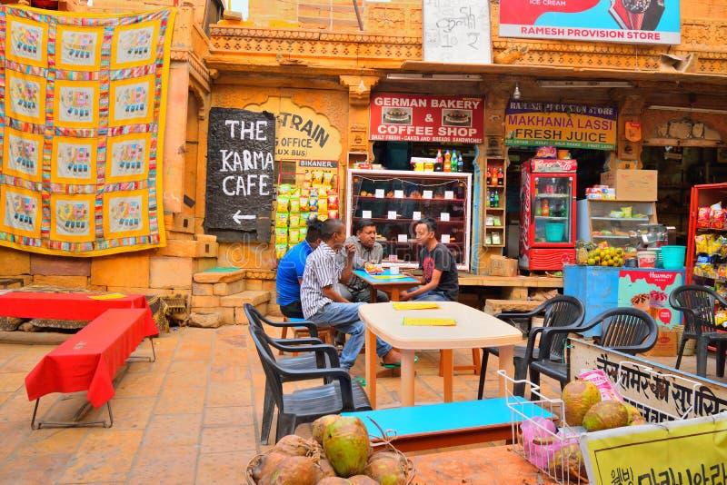 Gente que se sienta en un restaurante del borde de la carretera imágenes de archivo libres de regalías