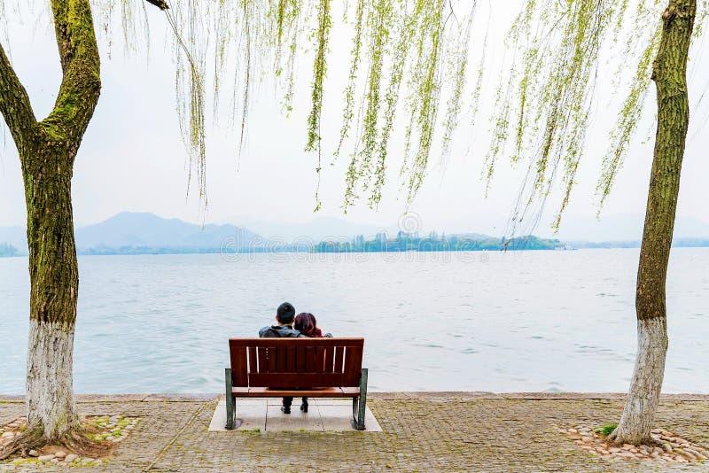 Gente que se sienta por el lago del oeste imagenes de archivo