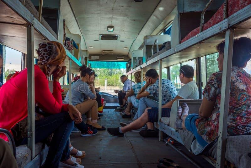 Gente que se sienta y que espera en el autobús viejo imagen de archivo