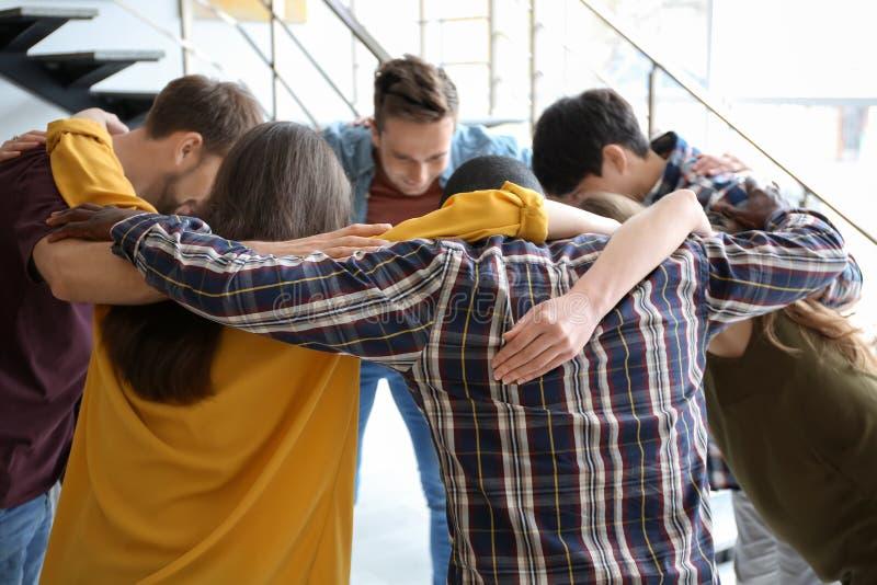 Gente que se une en círculo dentro Concepto de la unidad fotografía de archivo libre de regalías