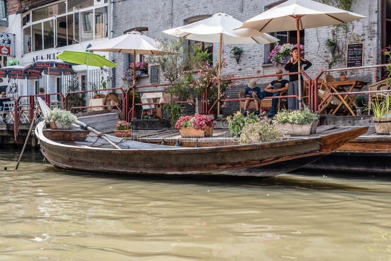 Gente que sienta en una terraza del restaurante ny un canal en el histori fotos de archivo libres de regalías