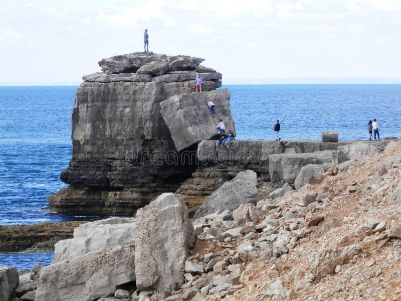 Gente que sube en la característica de Coastal de la roca del púlpito foto de archivo