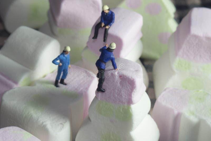 Gente que sube los mini caramelos fotografía de archivo