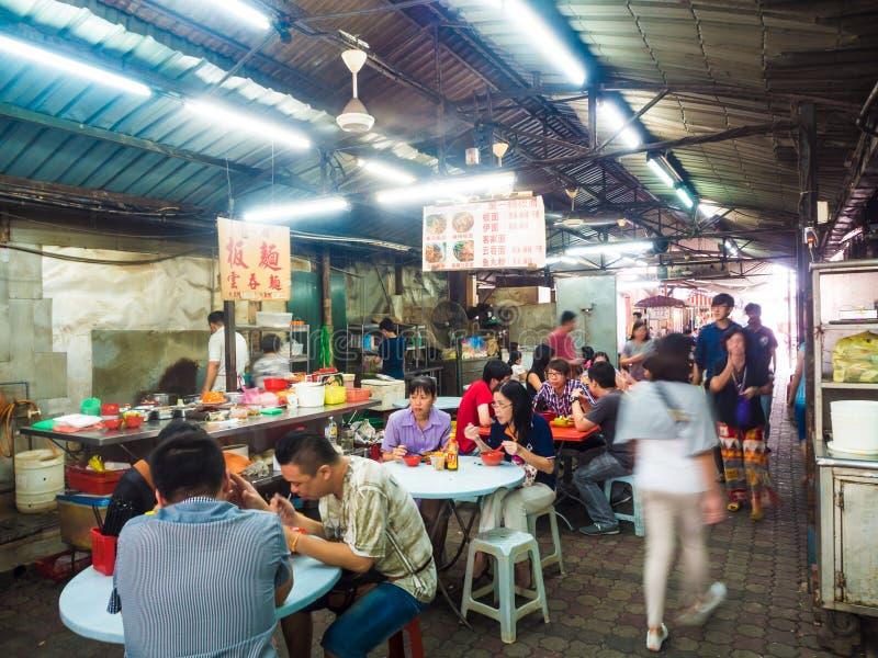 Gente que tiene lanzamiento en Chinatown fotos de archivo libres de regalías