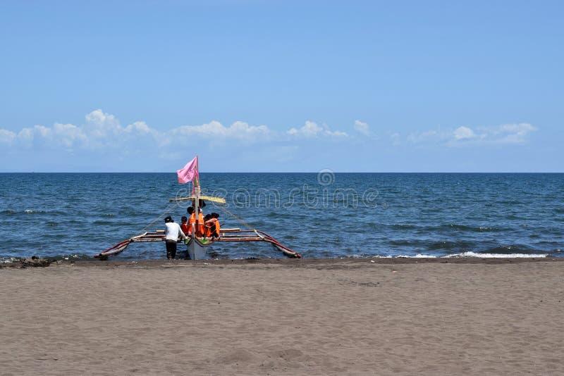 Gente que tiene montar a caballo de la diversión en el barco turístico durante verano imagen de archivo libre de regalías