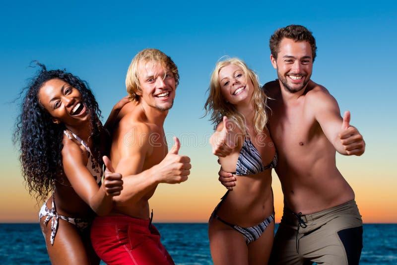 Gente que tiene partido en la playa fotos de archivo libres de regalías