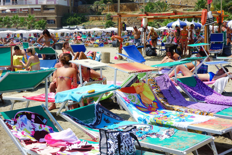 Gente que tiene playa del sunbath foto de archivo